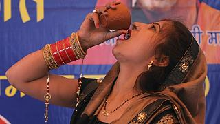 زن هندویی برای مقابله با ویروس کرونا ادرار گاو مینوشد. دهلی نو، ۱۴ مارس ۲۰۲۰