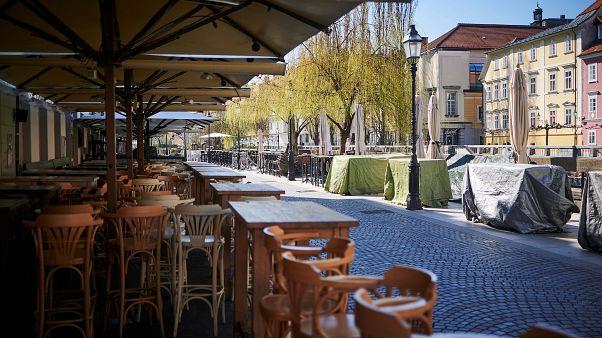 Üres vendéglátóhelyek Ljubljanában
