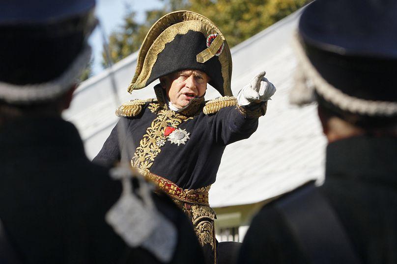 Oleg Sokolov, exprofesor de historia de la Universidad de San Petersburgo, lleva un uniforme de general del ejército francés durante una recreación de la batalla de Borodino de 1812. La más grande y sangrienta de la invasión francesa en Rusia. (Archivo).