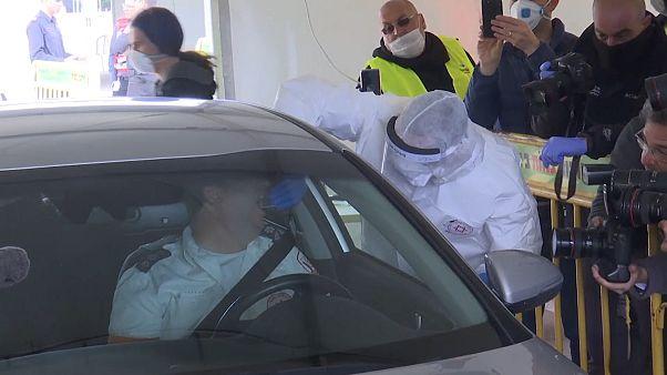 شاهد: فتح مركز لإجراء فحوصات كورونا من داخل السيارة في تل أبيب