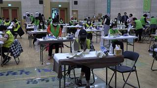 A toda máquina en una fábrica de mascarillas de Corea del Sur