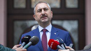Adalet Bakanı Abdulhamit Gül, bakanlık binası önünde gazetecilerin sorularını yanıtladı