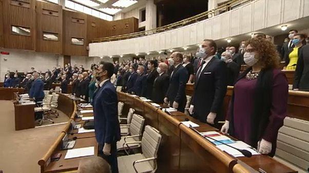 Covid19: megalakult az új szlovák parlament, védőmaszkban és gumikesztyűben