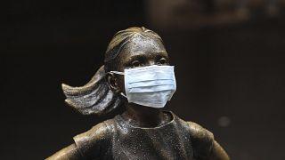 """Estátua à porta da bolsa de Nova Iorque também """"receia"""" a contaminação da economia"""