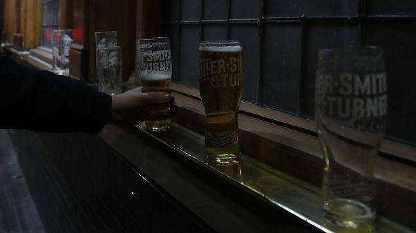Reino Unido anuncia el cierre de restaurantes y lugares de ocio ante el aumento de casos en el país