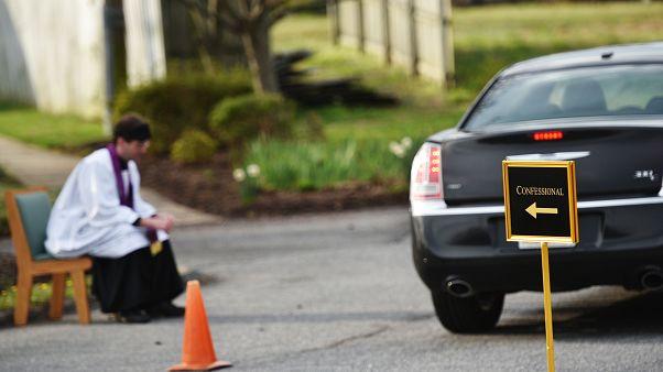 بسبب تفشي كورونا ... كاهن أمريكي يقدم خدمة الاعتراف في موقف سيارات