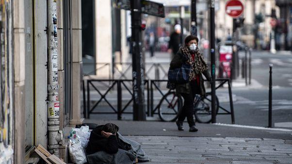 """غرامات مالية بحق المشردين في فرنسا لعدم احترامهم قرار """"تقييد الحركة"""" الحكومي"""