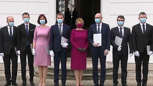 شاهد: أعضاء الحكومة الجديدة في سلوفاكيا يؤدون اليمين الدستورية وهم يرتدون الأقنعة الواقية