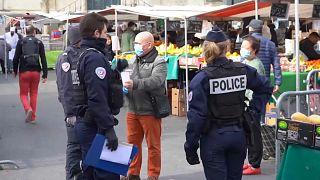 Les marchés en plein air, l'anti-confinement contre le coronavirus