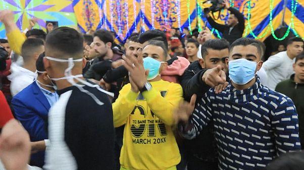 رقص فلسطینیها با ماسک یک روز پیش از ممنوعیت برگزاری مجالس جمعی