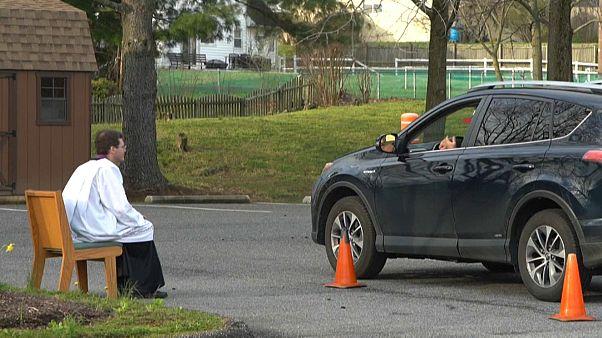 Coronavirus-Krise: Blumen per Drohne - Beichten im Auto