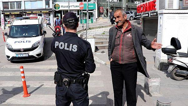 Türkiye'de bazı yaşlı vatandaşlar, ekipler tarafından uyarılarak evlerine gönderildi.