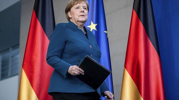 Almanya Başbakanı Angela Merkel 65 yaşında olması sebebiyle koronavirüs salgınında risk grubuna giriyor.