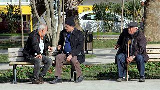 65 yaş üstüne sokağa çıkma yasağı sonrası yaş ayrımcılığı; uzmanlar ne diyor?