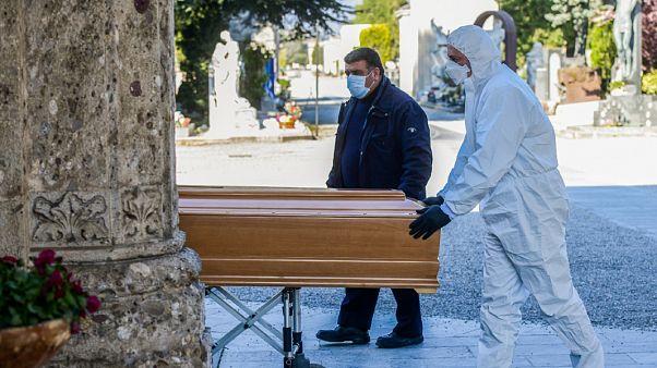 İngiltere'de Koronavirüs Yasası'nın 'cenaze işlemleri' maddesi tartışma yarattı