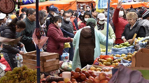 La gente compra en un lugar concurrido en La Paz el 21 de marzo de 2020