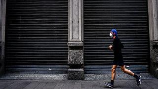Un homme court à Milan le 15 mars 2020