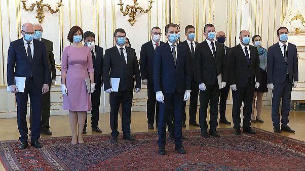 Slovakya'da yeni hükümet koronavirüs önlemleri kapsamında maske ve eldivenlerle yemin etti