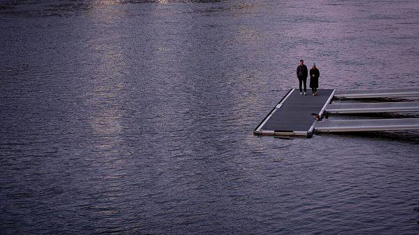 Ein Paar steht auf einem Steg am Rhein, Frankfurt Sonntag 22. März 2020