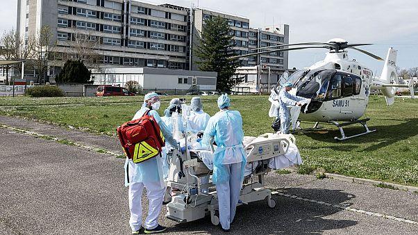 Opération d'évacuation d'un patient atteint du Covid-19 à Mulhouse, le 22 mars 2020.