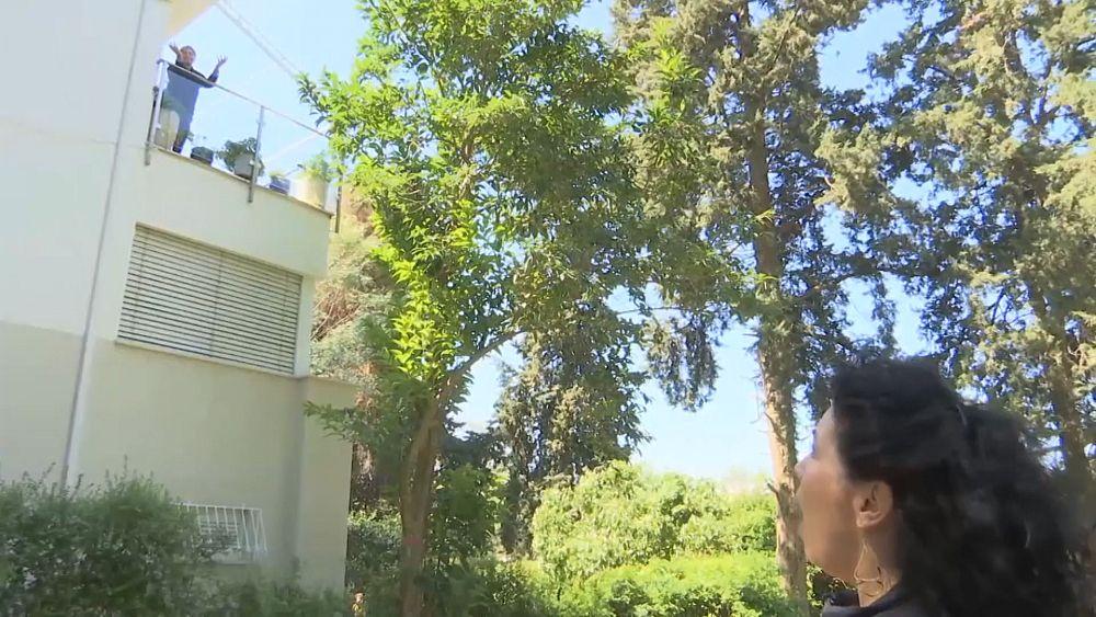 Coronavirus: cantante de ópera serenata a su padre en cuarentena desde fuera de su casa en Tel Aviv 1