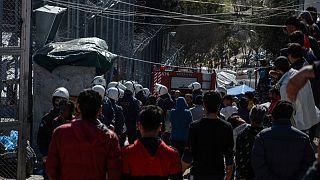 Des migrants font face aux forces de l'ordre dans le camp de Moria en Grèce le 16 mars 2020
