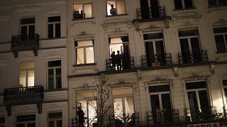بلجيكون يصفقون على شرفات منازلهم وهي عادة دأب الأوروبيون عليها مؤخرا كل مساء تحية للطواقم الطبية التي تواجه وباء كورونا. 21/03/2020