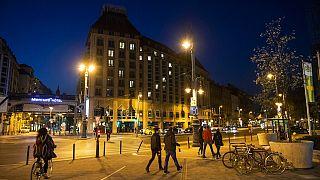 Az üres szállodák szív alakú világítása is jelzi, hogy sok állás került veszélybe