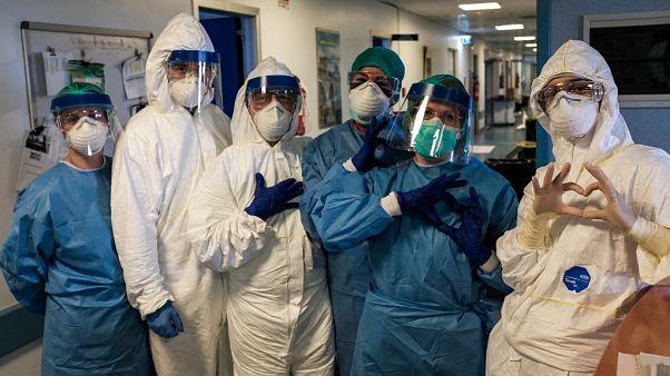 Un grupo de enfermeros posan con sus equipos