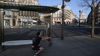 Paseos, reuniones y escupitajos: Los rebeldes del coronavirus que rompen las reglas en Europa