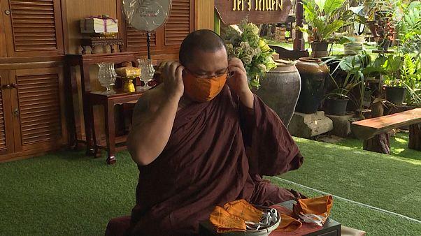 شاهد: صلوات على أقنعة واقية.. رهبان بوذيون يتضرعون للسماء لرفع وباء كورونا