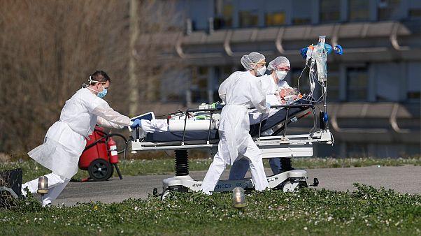 Un malade du covid-19 est évacué de l'hôpital public de Mulhouse le 23 mars 2020