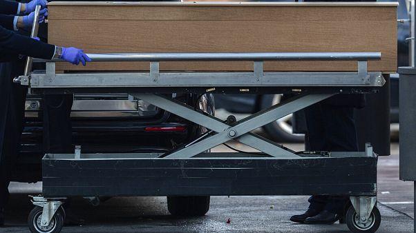 متعهّدو دفن الموتى يحملون نعش شخص مات بسبب كورونا في مقبرة ألمودينا في مدريد بإسبانيا