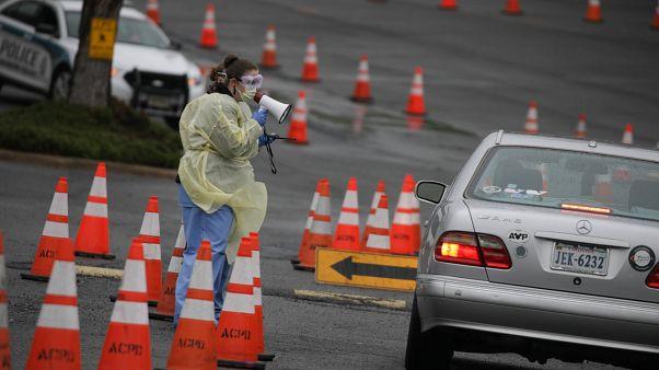 Amerika'nın VVirginia eyaletinde sürücülere uygulanmak üzere geçici Covid-19 test sahaları oluşturuldu.
