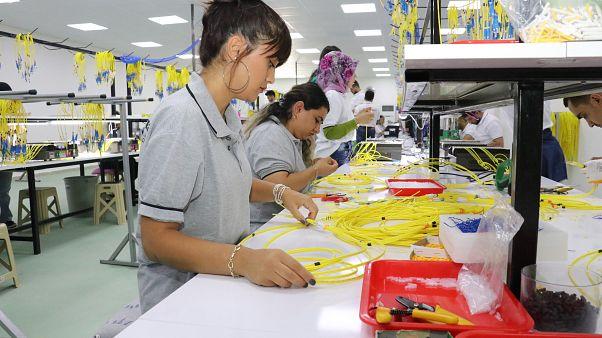 Genç fabrika işçileri