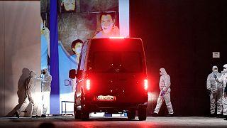 """Des membres de l'armée espagnole accueillant un fourgon arrivant au """"Palacio de Helio"""" à Madrid, le 23 mars 2020."""