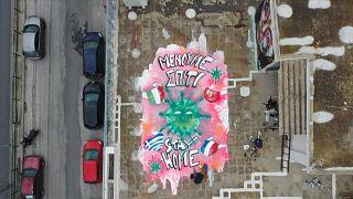 شاهد: فن الشوارع في أثينا .. غرافيتي يناشد اليونانيين البقاء في بيوتهم لتفادي كورونا