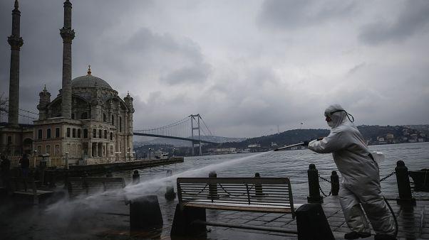 الأتراك يتقون شر كورونا بالكولونيا فهل تحميهم من الإصابة؟
