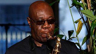 مانو دیبانگو نوازنده ساکسفون قربانی کووید ۱۹ شد