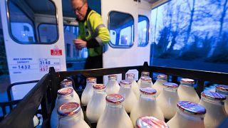 مهنة توزيع الحليب في بريطانيا تعود للظهور وسط فرض تدابير الحجر المنزلي