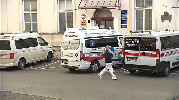 ممرضة تشيكية خارج مستشفى براغ الجامعي 18.03.20