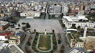 Kiürült a tiranai Skanderberg tér, miután 40 órás kijárási tilalmat rendeltek el az országban