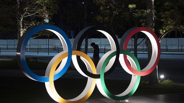 Japonya'nın başkenti Tokyo'daki Ulusal Stadyuma konulan Olimpiyat Halkaları
