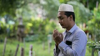 مسلم يقرأ الفاتحة على ذويه في مقبرة في يانغون في ميانمار خلال عيد الفطر. 05/06/2019