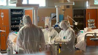Число умерших от коронавируса в Италии за сутки снова выросло - до 743 человек - власти