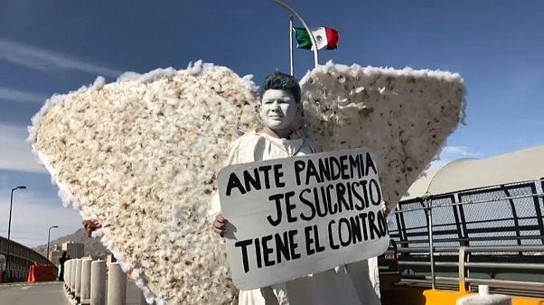مجموعة من الإنجيليين في زي ملائكة السماء على الحدود بين المكسيك والولايات المتحدة 24.03.20