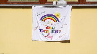 """""""Tout va s'arranger"""", banderole déployée sur une façade de Vertova, non loin de Bergame  en Italie, le 24 mars 2020."""