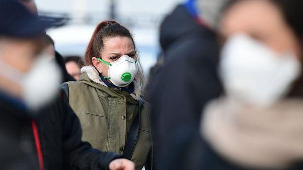 Maske takan insanlar