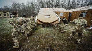 Tábori kórházat állítottak fel Budapesten, a hóesésben dolgoztak a katonák