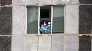 Trabajadores médicos con mascarillas en el hospital La Paz en Madrid, España.